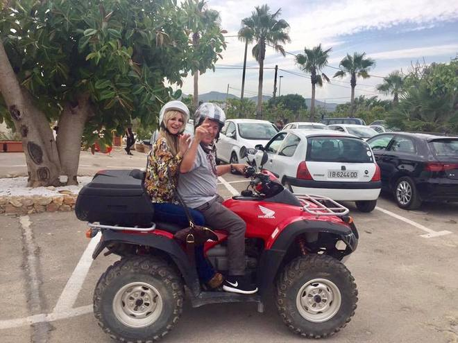Ángel Nieto en su quad con la vicepresidenta del Consell de Ibiza en una imagen reciente.