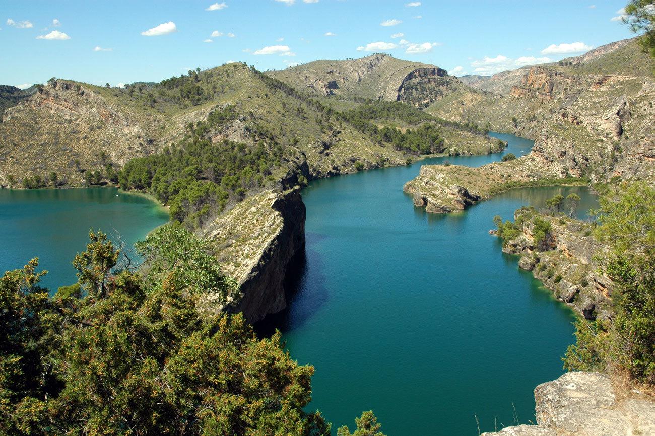 Este lago escondido entre montañas, junto al pueblo Amonacid...