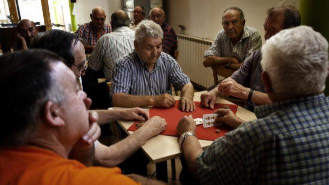 Unos jubilados juegan a las cartas en Baguena (Teruel).