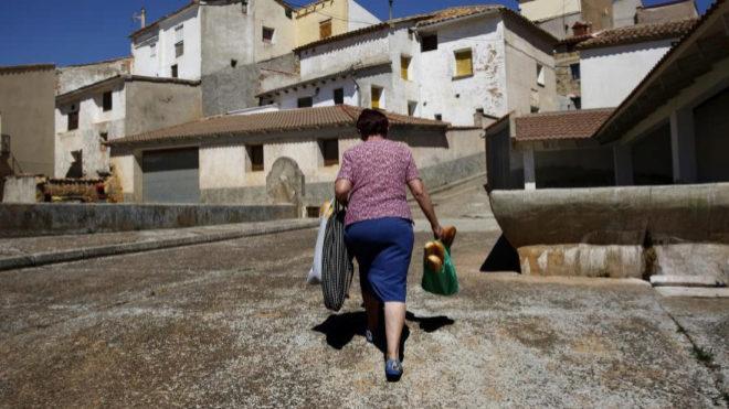 Una mujer camina por Cutanda, un pueblo enclavado en la comarca del...