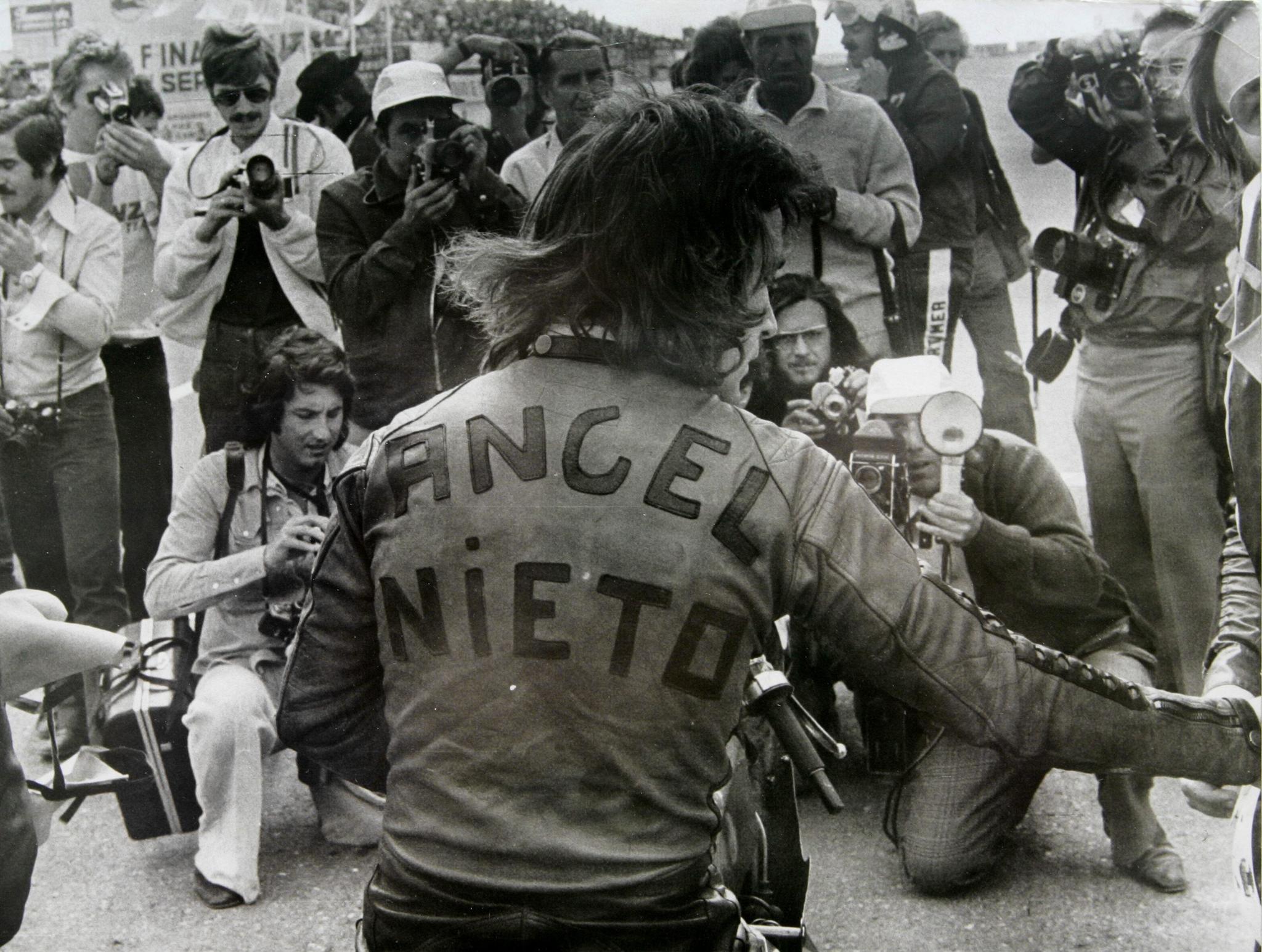 Ángel Nieto atiende a los medios tras una carrera en 1973