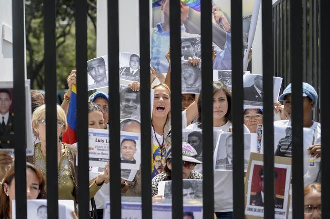 Lilian Tintori, la mujer del líder opositor encarcelado Leopoldo López , posa tras unas rejas falsas en una protesta opositora en Caracas, en una foto de archivo.