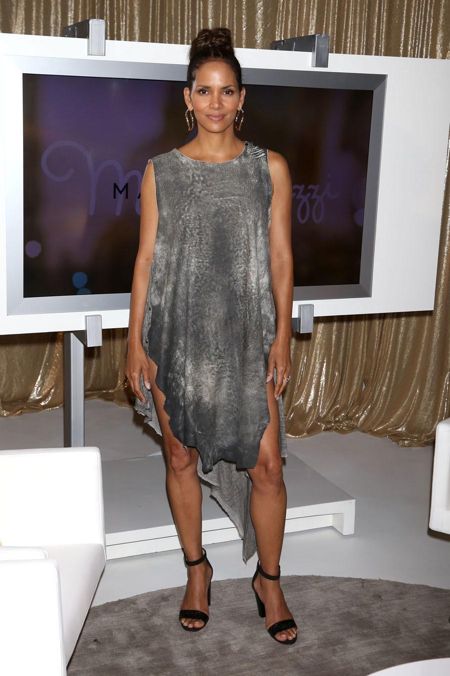 La actriz Halle Berry lució un vestido de estética 'ugly'...