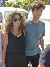 Belinda Alonso, la viuda de Ángel, y su hijo Hugo, en el tanatorio...