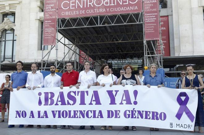 Concentración en la plaza de Cibeles por el asesinato de una mujer...