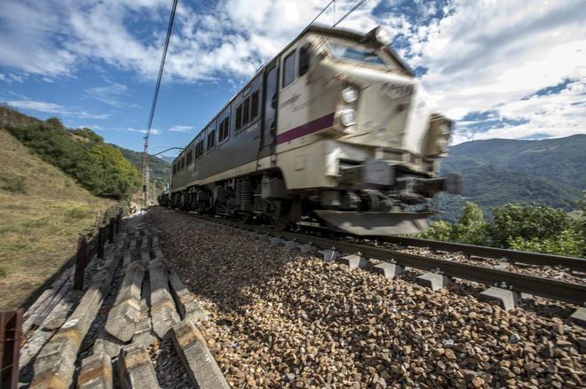 Paso del tren por el pueblo de Casorvida, en la línea que une...