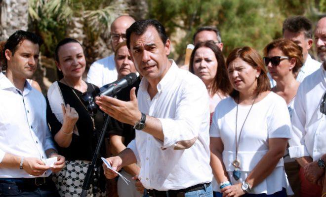Martínez-Maíllo, rodeado de miembros del PPCV, en el acto celebrado ayer en el parque de El Palmeral de Alicante.