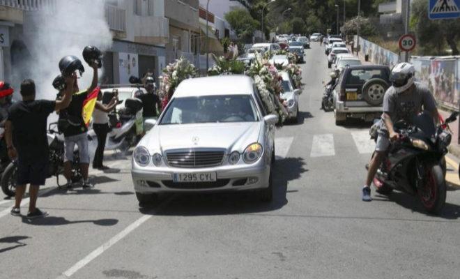 Moteros acompañan al coche fúnebre en Ibiza para despedir a Ángel Nieto.