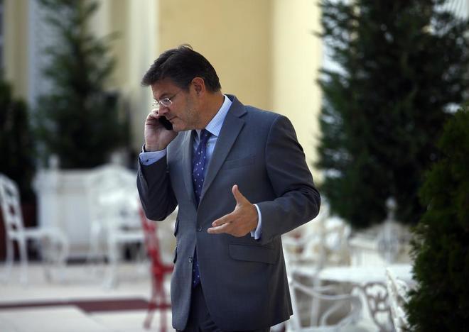El ministro de Justicia, Rafael Catalá, durante una conversación...