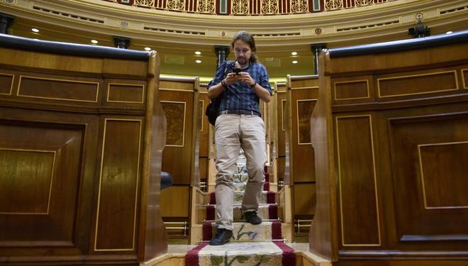 El líder de Podemos, Pablo Iglesias, baja los escalones del Hemiciclo...