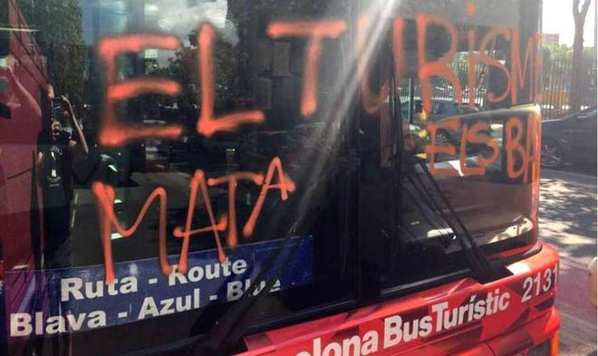 Un autobús turístico de Barcelona atacado por miembros de la...