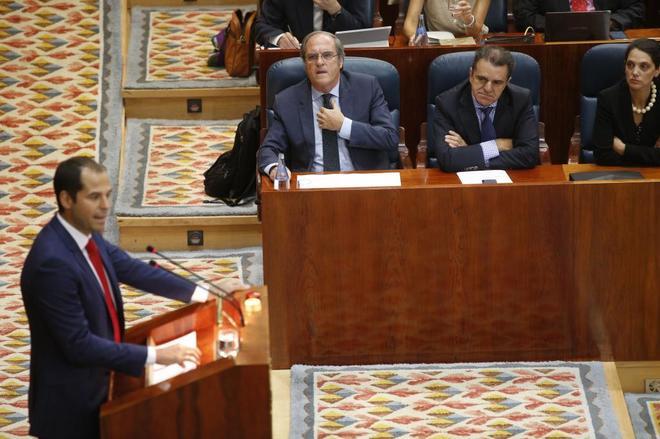 José Manuel Franco, sentado al lado de Ángel Gabilondo, durante un...