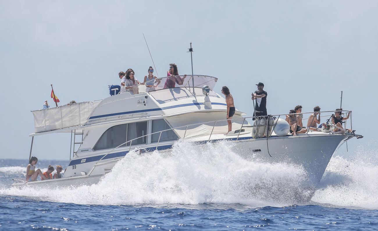 Los familiares y amigos del campeón de motociclismo Ángel Nieto acudieron al Club Náutico de Ibiza para depositar sus cenizas en el mar.