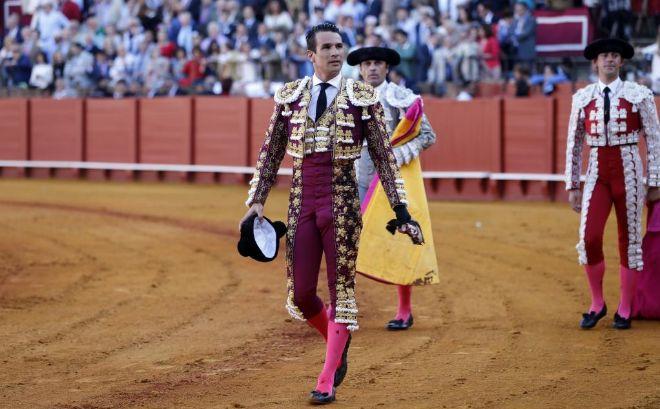 José María Manzanares da una vuelta al ruedo en La Maestranza.