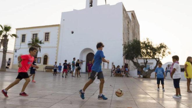 Unos niños juegan en la Plaza de la Constitución de Formentera.
