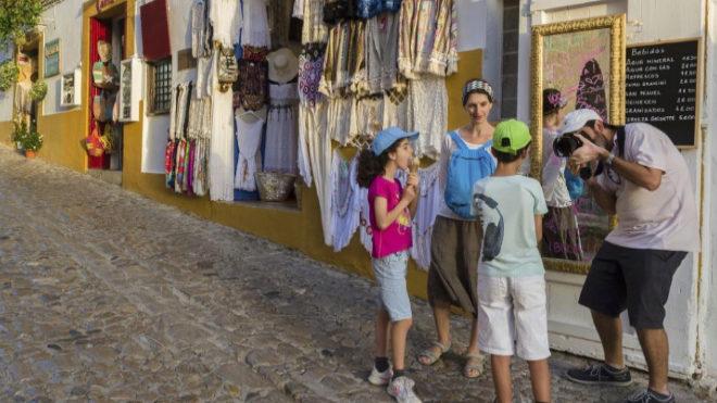 Un hombre hace una fotografía en el caso antiguo de Ibiza, declarado...