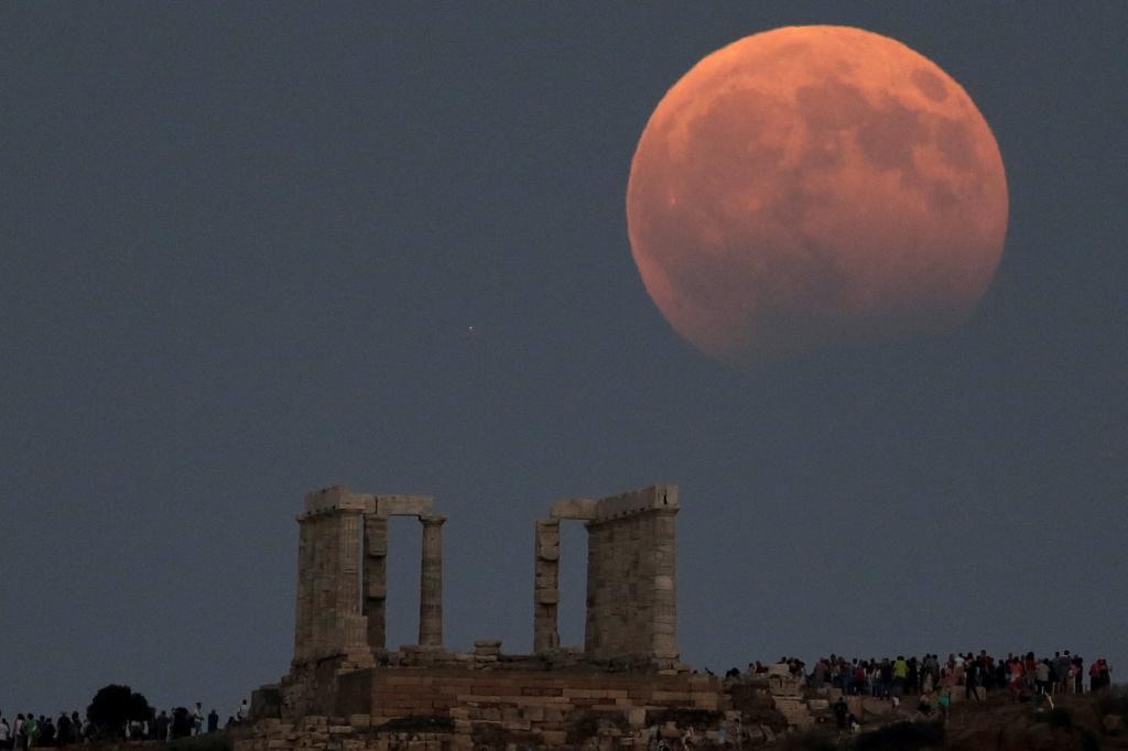 El Templo de Poseidón, al Este de Atenas, Grecia, coronado  por una...
