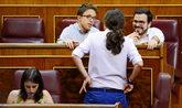 Pablo Iglesias, de espaldas, charla con Íñigo Errejón y Alberto...