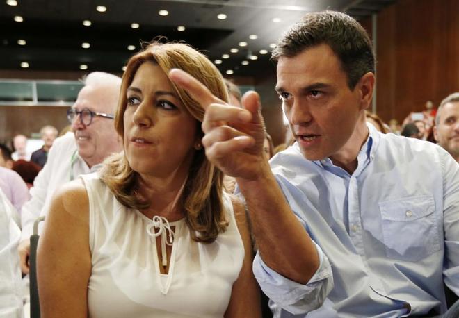 Pedro Sánchez conversa con Susana Díaz durante la clausura del XIII...