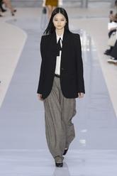 Con un 'look' masculino, oversize combinada con un pantalón ancho y...
