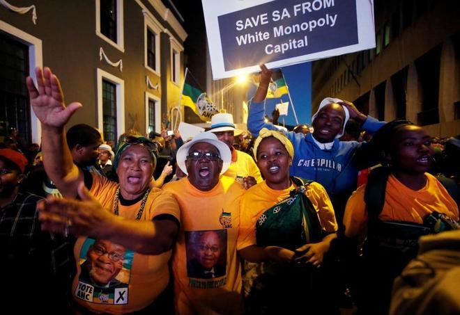 Partidarios de Zuma celebran el resultado de la moción de censura en Ciudad del Cabo.