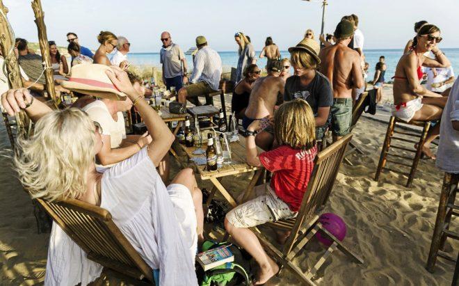 Un grupo de turistas disfruta del atardecer en el chiringuito Pirata...