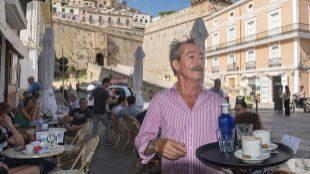 Una terraza de Ibiza con las murallas de la ciudad al fondo.