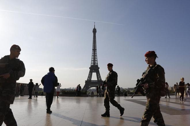 Soldados de la Operación Centinela antiterrorista desplegados en París.