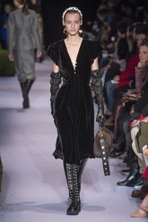 Vestido de corte tradicional con un escote en V pronunciado y mangas...