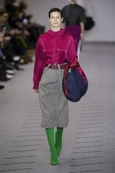 Blusa frambuesa, falda de cuadros, botas verdes y bolos azulón