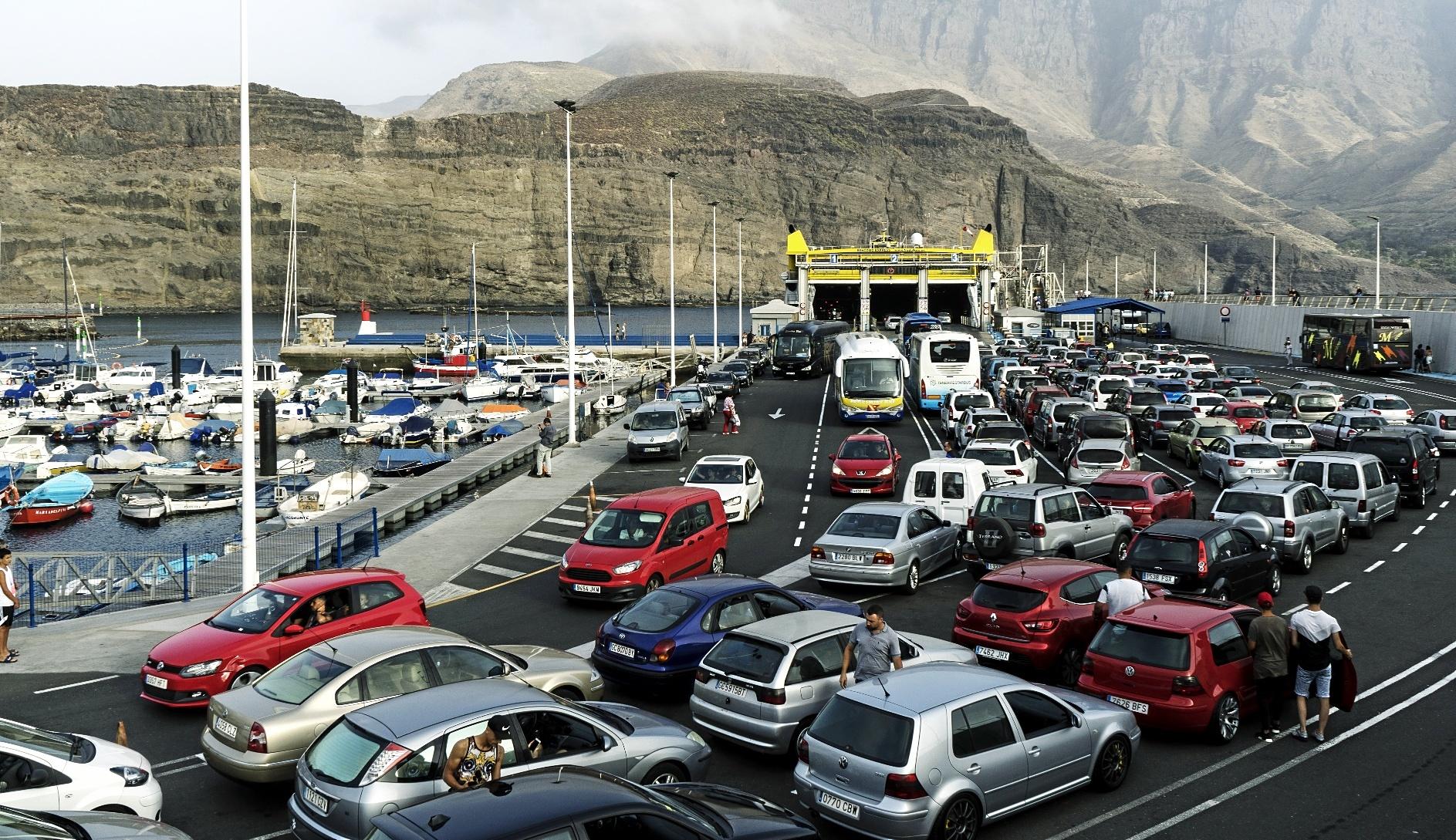 Pasajeros desembarcan y esperan para abordar el ferry que une las...
