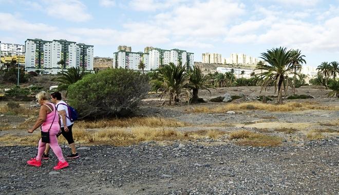Dos mujeres pasean en un descampado del Polígono de Jinámar, en Gran...