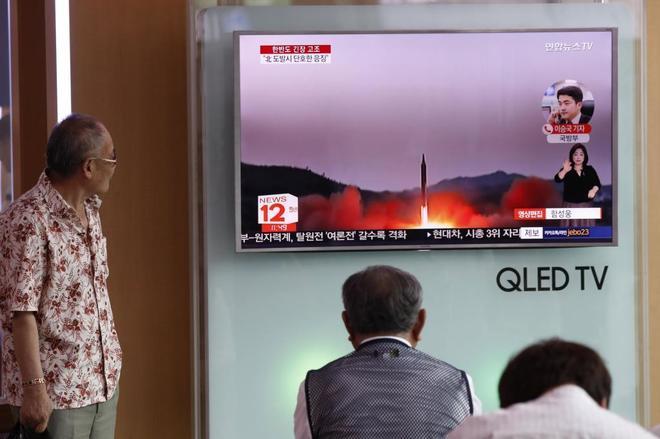 Surcoreanos observan las informaciones sobre el posible ataque a Guam.