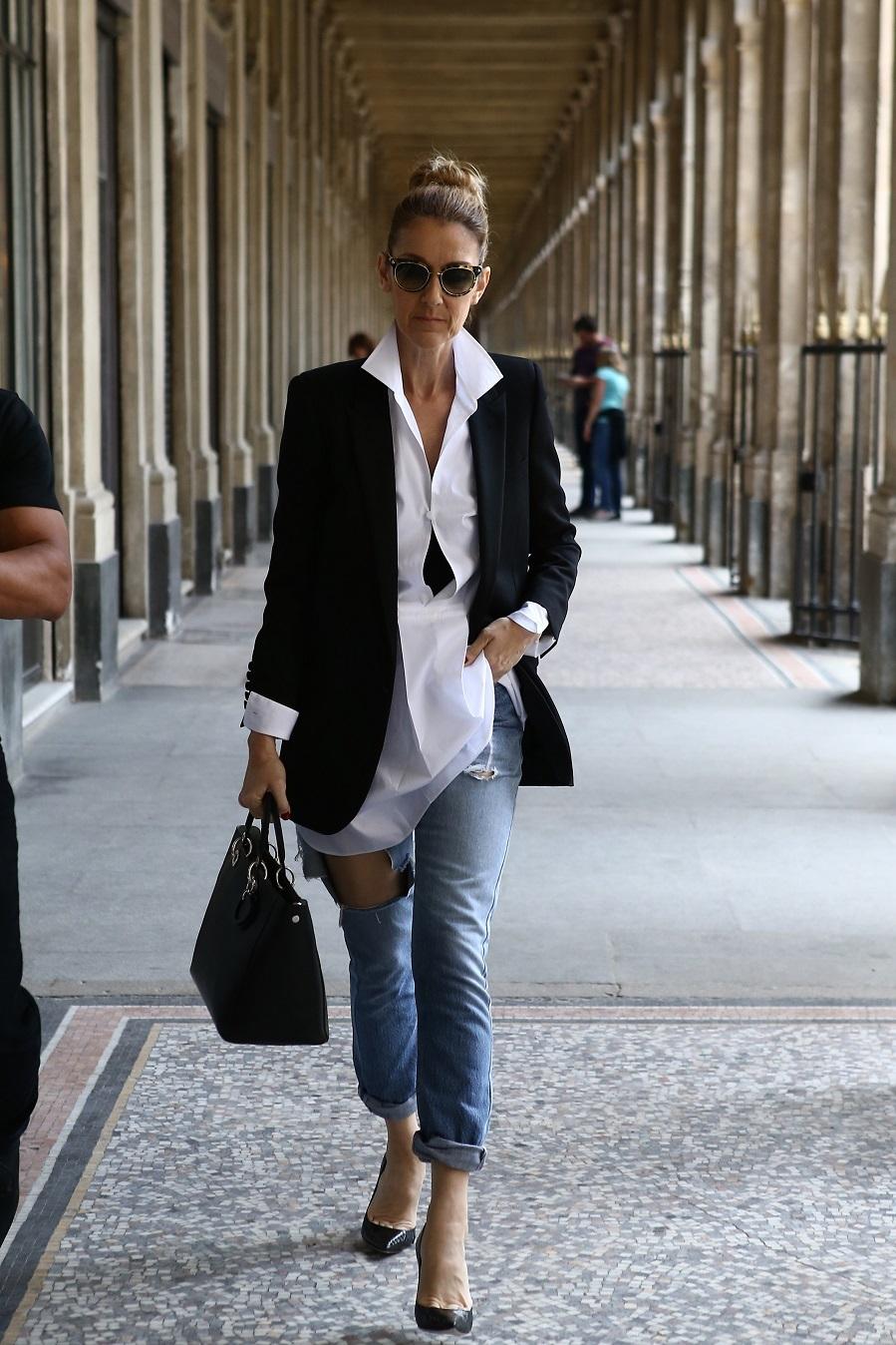 La artista sorprendió por las calles de París con unos jeans rotos...