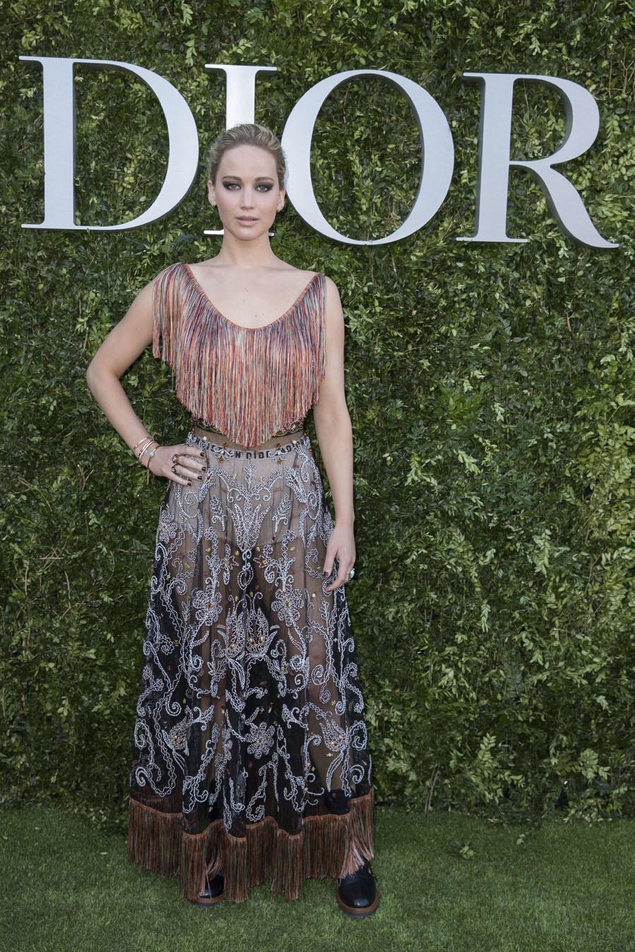 La actriz lució un vestido de la firma con flecos, transparencias y...