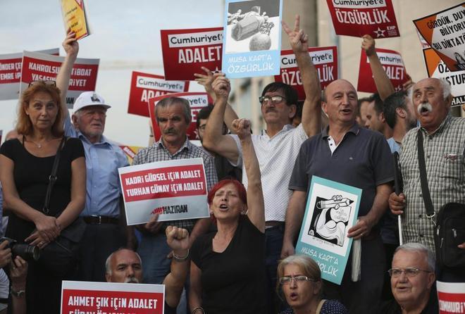 Protesta en apoyo a los periodistas del 'Cumhuriyet'.