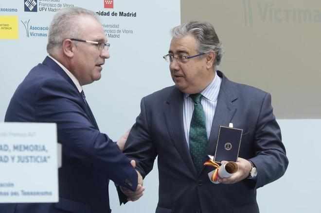 Alfonso Sánchez, presidente de la AVT, entrega un galardón al...