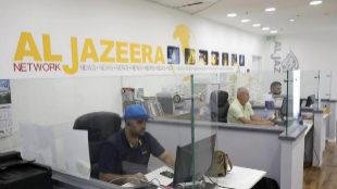 Varios empleados de la cadena de televisión catarí Al Yazira...