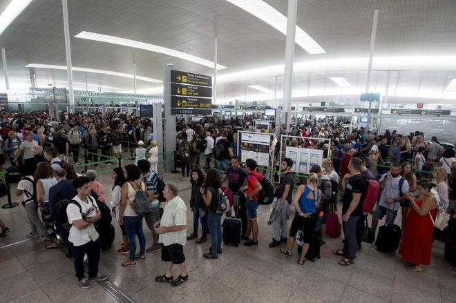 Aglomeración de los pasajeros en los controles de seguridad del...