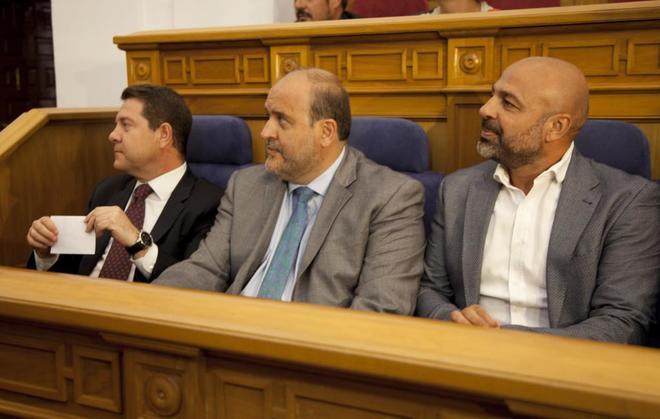 (De izda. a dcha.) El presidente de Castilla-La Mancha, Emiliano...