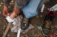 Un hombre se inyecta heroína en un parque de Philadelphia.