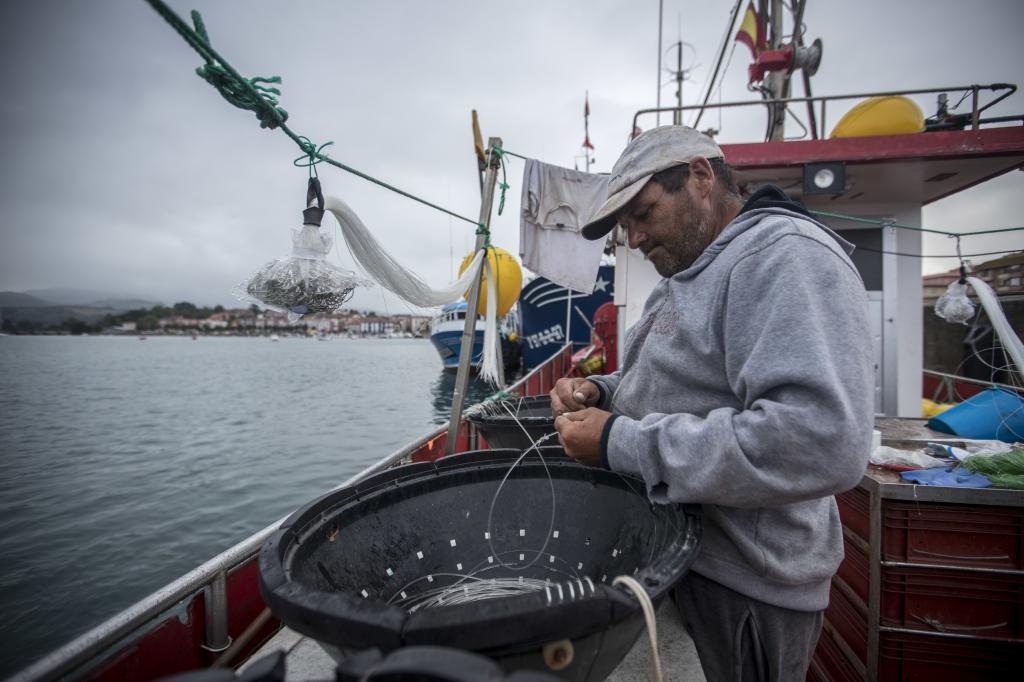 Un pescador se prepara para salir a faenar en San Vicente de la...