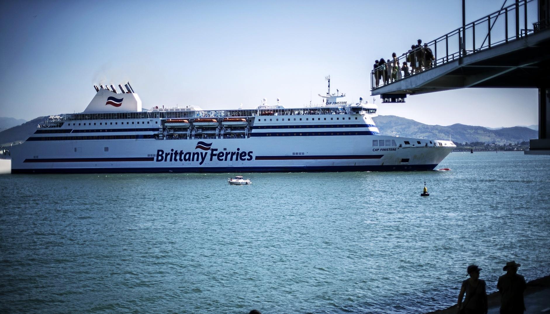 El ferry de Plymouth surca la bahía de Santander en dirección al...