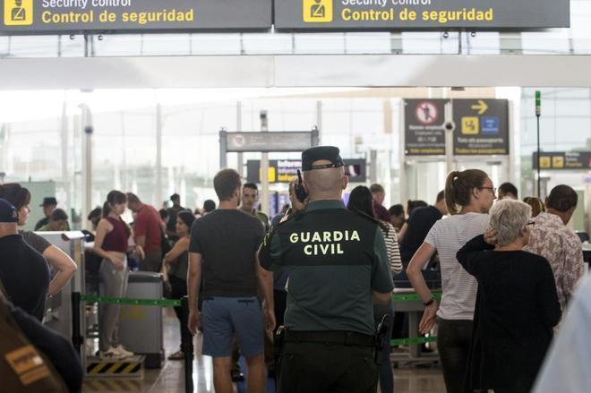 ¿Sustituir a los huelguistas del aeropuerto de El Prat con agentes de la Guardia Civil  es legal?