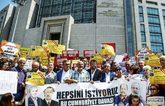 Ciudadanos turcos se manifiestan ante los juzgados de Estambul para...