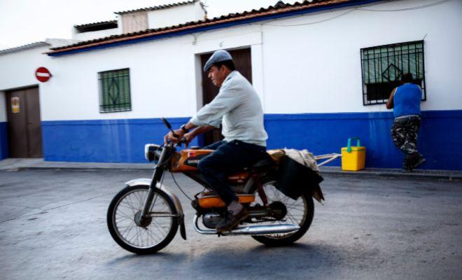 Un vecino en moto en Campo de Criptana (Ciudad Real).
