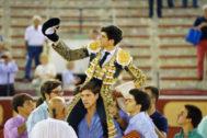 El madrileño abandona en volandas la Plaza de Toros de El Puerto