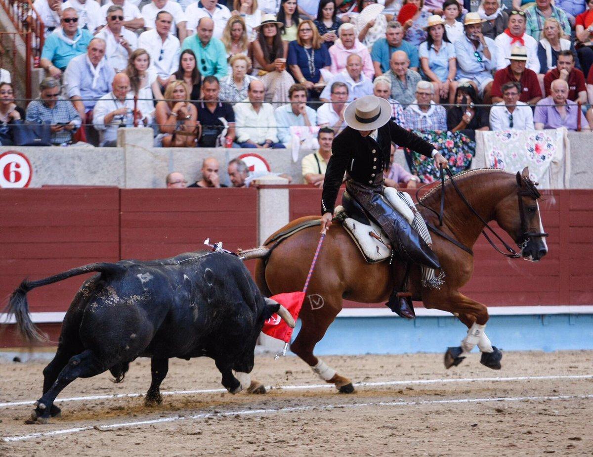 El sevillano cose al toro de Los Espartales a la grupa de Lambrusco