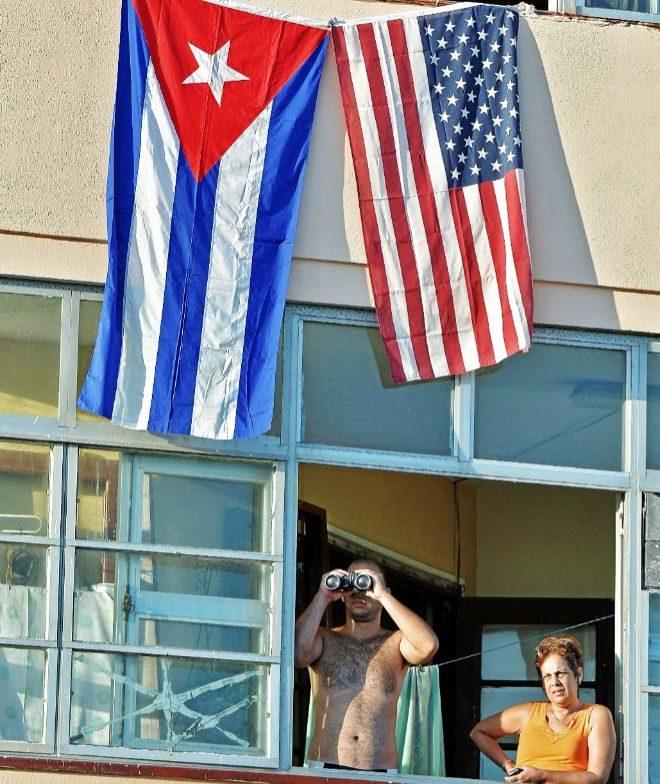 Un hombre observa con sus prismáticos la ceremonia de reapertura de la embajada de EEUU en La Habana, el 14 de agosto de 2015. ADALBERTO ROQUE / AFP