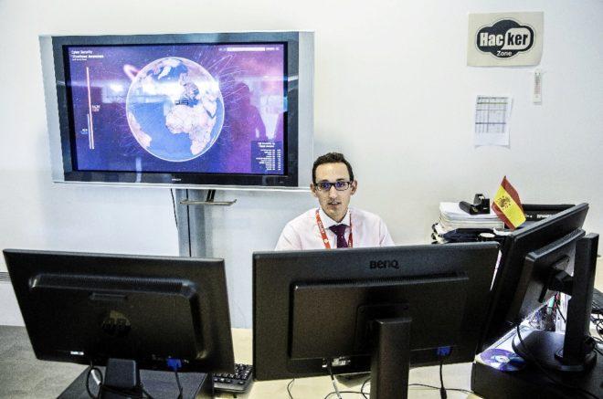 Uno de los analistas del Cnpic en la sala de control donde se detecta...